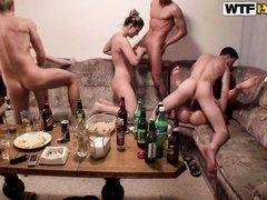 Пьяные русские студенты ебутся в групповухе на хате
