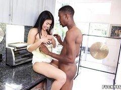 Черный парень дрючит большим шлангом на столе горячую азиатку