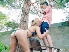 Одинокая блондинка вызвала молодого электрика и отсосала ему во дворе
