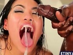 Милая азиатка, полная спермы
