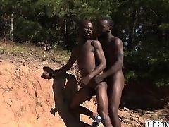 У горячих африканских парней есть жесткий гей секс на солнце