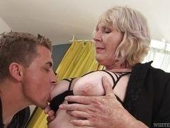 Возбужденная бабуля дает лизать молодому человеку