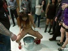 Порно вечеринка с писсингом в общественном туалете