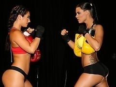 Лесбиянки трахаются после бокса