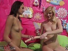 Две брюнетки и одна блондинка в женское время