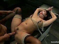 Сексуальная азиатская цыпочка привязана к столу и наказана