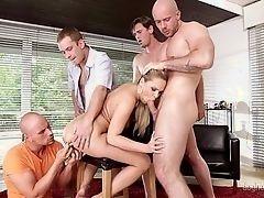 Чувственная блондинка развлекает группу парней