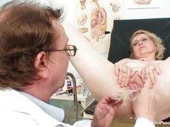 Гинеколог ласкает старую белокурую сучку