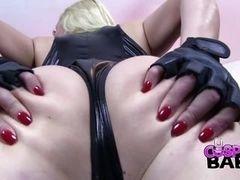 Красотка Victoria Summers в латексе показывает задницу