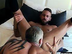 Зрелый гей лижет анус бородатого приятеля и кончает на него