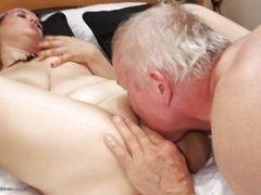 Девушка дает лизать другу папы