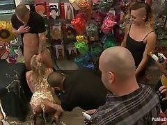 Белокурая красотка дает порно вечеринке нотку специю