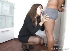 Чувственная японская красотка сосет член на работе