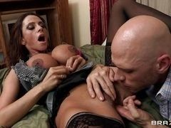 Черноволосая мамочка Ariella Ferrera получает пальцы и язык в киску