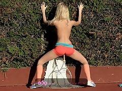 Молодая блондинка, играющая в теннис и делающая перерыв