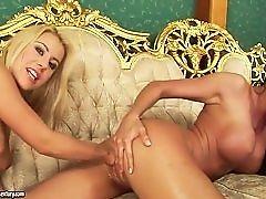 Larissa Dee и ее сексуальная подружка, трахающая кулаком