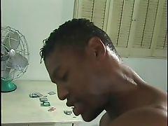 Черный гей берет груз на лицо