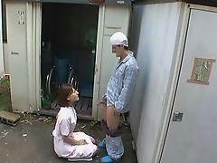 Хорошая японская медсестра помогает своему нуждающемуся пациенту