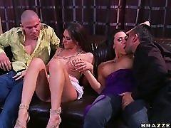 Жена, обменивающаяся с грудастой Rachel Roxxx и Rachel Starr