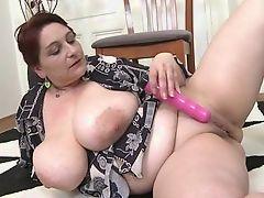 Возбужденная пышная леди, играющая с ее огромными сиськами
