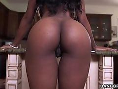 Черная сучка с большой грудью сосущий хуй