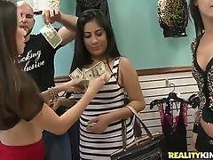 Девушки превращаются в шлюх за деньги