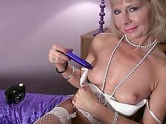 Элегантная зрелая мастурбирует и делает фотографии