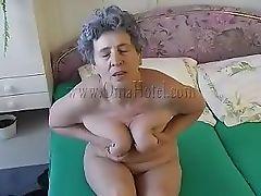 Бабуля мастурбирует перед зеркалом