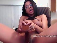 Милая черная шлюха становится сексуальной с дилдо на камеру