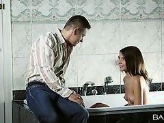 Она любит способ, которым он вылизывает ее киску