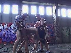 Немецкие молодые на заброшенной фабрике