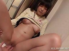 Японская красотка с бритой киской дрочится пальцами в ванной