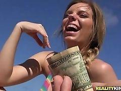 Восхитительная сучка показывает сиськи за деньги