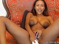 Черная подружка любит мастурбировать с белым дилдо
