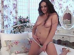 Горячая мамочка София снимает ее трусики
