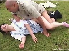 Трахнул невинную девку на траве