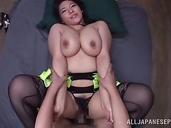 Грудастая азиатская мамочка Mizuki трахается в от первого лица