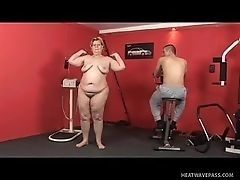 Толстая зрелая леди и тренер ебутся в спортзале