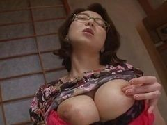 Грудастая японская малышка мастурбирует