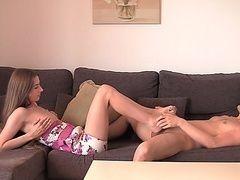 Лейла наслаждается дрочкой ногами толстого хуй