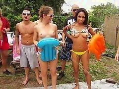 Милашки с горячей задницей на вечеринке на свежем воздухе