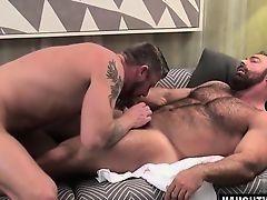 Татуированный зрелый гей сосет у волосатого мужчины