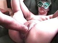Пожилая женщина в маске получает кулак в свое влагалище