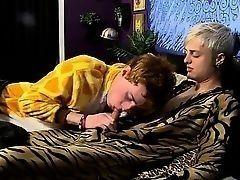 Парень в желтом халате отсасывает у своего молодого друга член