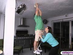 Похотливая мамаша делает минет пока мужик меняет лампочку стоя на стремянке