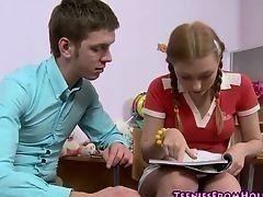 Студент со студенткой усердно учатся и должны расслабится и занятся сексом после учебы