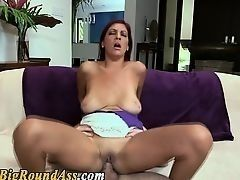 Мамаша с обвисшими сиськами трахается на диване