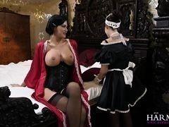 Госпожа в черных чулках и халате разгорячилась в постели и хочет соблазнить неопытную горничную на лесбийский секс