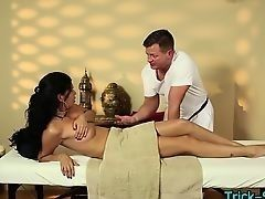 Ошеломляющая латиноамериканская милашка поддается чарам сексуального массажиста
