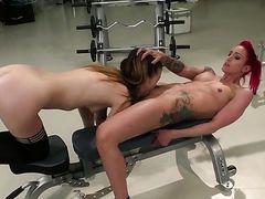 Лесбиянки Samantha Bentley и Angel Longs лижутся на лавке